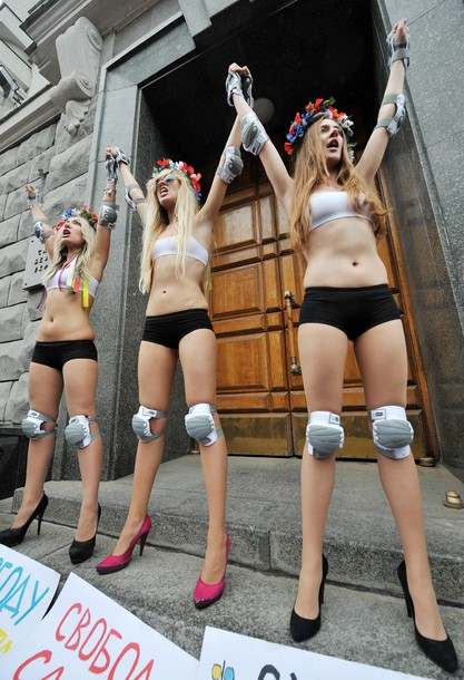 Video – Femen protesters held after topless protest in Crimea